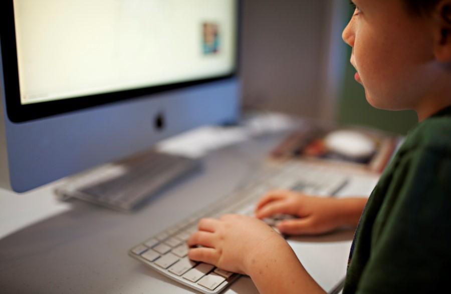 preparar tu ordenador windows para la vuelta al cole. Niño con un ordenador haciendo tarea del colegio